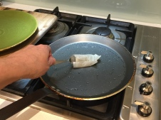 Oil a crepe pan with a cloth dipped in sunflower oil